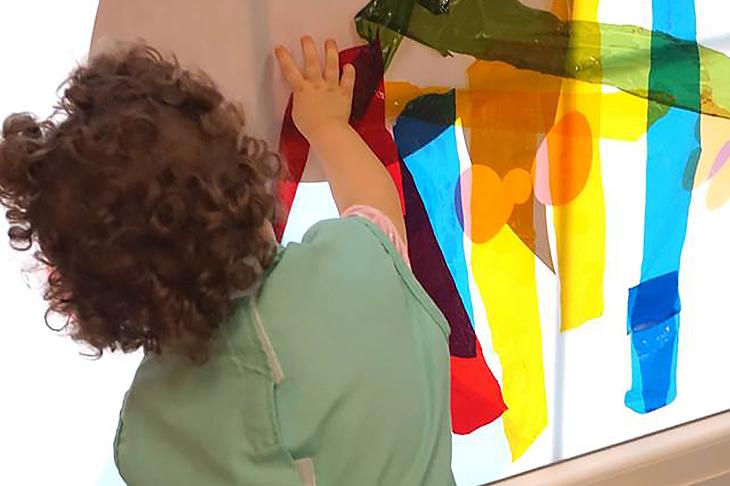 Niña jugando con papel de colores - Escuela Infantil en Málaga - Con C de Cariño