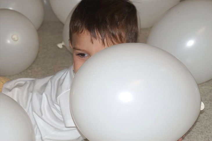 Niño inflando un globo - Escuela Infantil en Málaga - Con C de Cariño