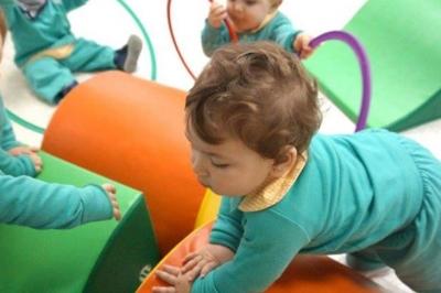 Niños pasando obstáculos - Escuela Infantil en Málaga - Con C de Cariño