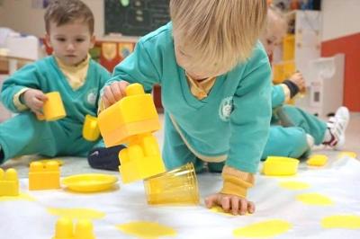 Estampación con cubos - Escuela Infantil en Málaga - Con C de Cariño