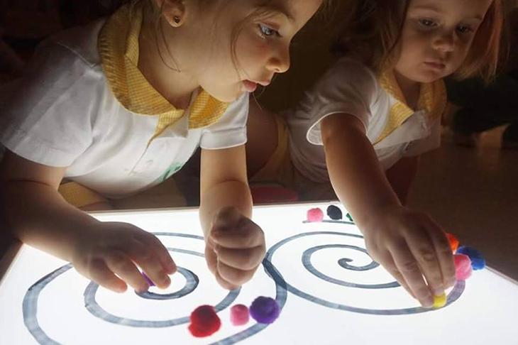 Imagen de galería, siguiendo el camino con plastilina - Escuela Infantil en Málaga - Con C de Cariño