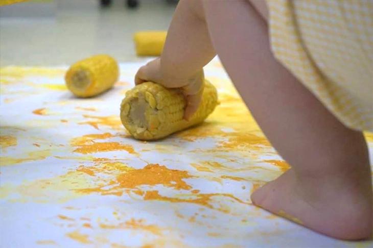 Estampación con maíz - Escuela Infantil en Málaga - Con C de Cariño