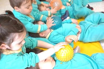 Masaje con pelotas niños - Escuela Infantil en Málaga - Con C de Cariño